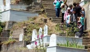 Zonguldakta arife günü mezarlıklar doldu