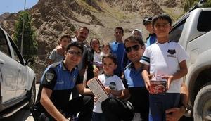 Hakkaride polis müdürü, vatandaşlarla Kürtçe bayramlaştı