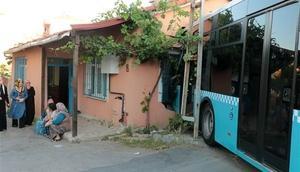 İstanbulda korkutan kaza... Halk otobüsü eve çarptı