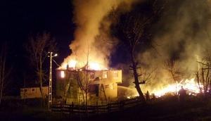 Sinopta 2 katlı ev, samanlık ve ahır yandı