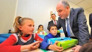 Osmaniyedeki Suriyeli çocuklara uyum seti dağıtıldı