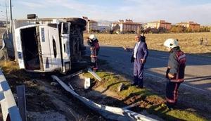 Siirtte bariyerlere çarpan kamyon devrildi: 4 yaralı