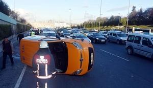 Son dakika... E-5 Edirnekapı mevkinde araç takla attı Ekipler olay yerinde