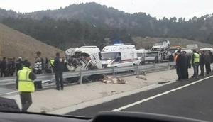 Kahramanmaraşta minibüs, kamyona çarptı: 8 ölü