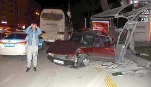 Kütahyada alkollü sürücü, otobüs durağına çarptı