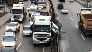 Şilede korkunç olay... Hafriyat kamyonu iki aracı ezdi