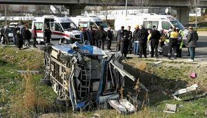 Yolcu minibüsü devrildi... Çok sayıda yaralı var