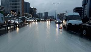 Yola çamur döküldü, trafik felç oldu