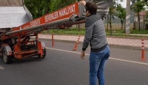 Diyarbakırda patenli gencin tehlikeli yolculuğu
