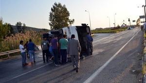 Otomobille servis midibüsü çarpıştı: 25 yaralı