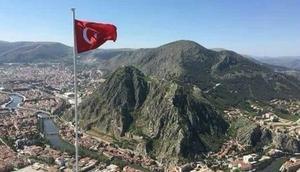 Amasyada 3 genç, Huzur Tepesine Türk bayrağı dikti