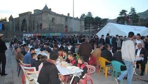Bitlis'teki iftar çadırında günde bin 500 kişiye iftar veriliyor