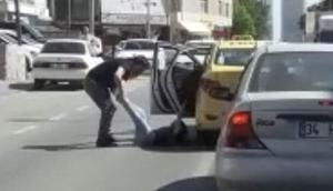 Trafikte dehşet anları... Kadın yolcuyu bacaklarından tutup aşağı attı