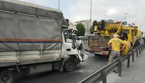 Son dakika... E-5te trafiği kilitleyen kaza