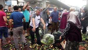 İzmirde pazarcılar bu kez de sebze ve meyveleri belediye önüne döktü