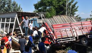 Freni patlayan kamyon mescide daldı: 3 kişi öldü