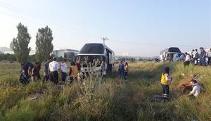 Yolcu otobüsü tarlaya girdi: Yaralılar var