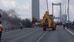 Şehitler Köprüsünde araç yangını Trafik kilit...