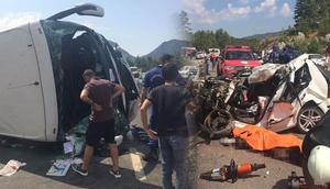 Antalyada turist otobüsü ile iki otomobil çarpıştı... Ölü ve yaralılar var