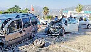 Otomobille hafif ticari araç çarpıştı: 10 yaralı