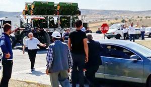 Çiftçiler yolu trafiğe kapattı