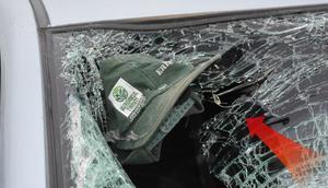Feci kaza: Gözlüğü ve şapkası otomobilin camına yapıştı