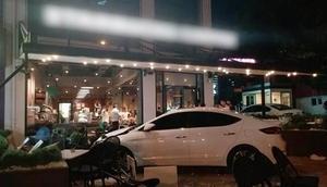 Otomobil kafeye daldı: Yaralılar var
