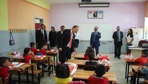 Yalovada ilkokula başlayan öğrencilere kitap dağıtıldı