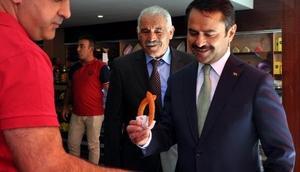 Nevşehirde vali, esnafa gül dağıttı