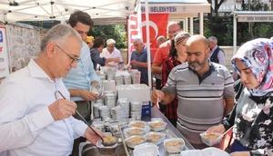 Onur Market, Bursa Ulu Cami önünde aşure dağıttı
