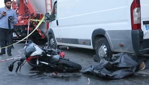 Motosiklet, panelvan çarptı: 1 ölü, 2 yaralı