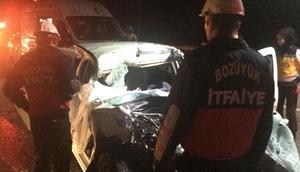 Otomobil tıra çarptı: 2 ölü, 1 yaralı