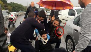 İstanbulda feci kaza Herkes yardımına koştu