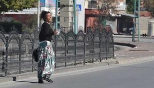 Araçlara aldırmadan yola çıktı Konyada polisi alarma geçiren kadın