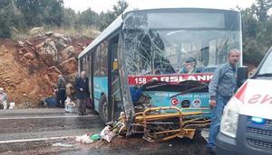 Belediye otobüsü kaza yaptı Yaralılar var...