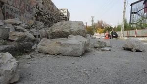 Tarihi Çorum Kalesi surlarından kopan kaya parçaları yola düştü