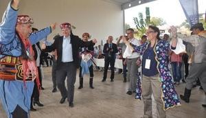 AB Büyükelçileri Aydında fes giydi zeybek oynadı