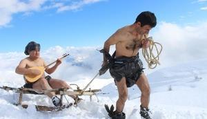 Türkücü Aydından poşet yasasına kar banyolu destek