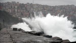 Zonguldakta şiddetli rüzgar; denizde dev dalgalar oluştu