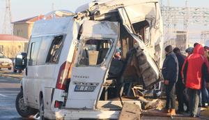 Aksarayda servis otobüsü ve minibüsü çarpıştı: 17 yaralı