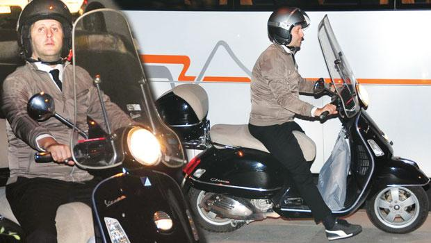 Kaldırımda bir motosikletli