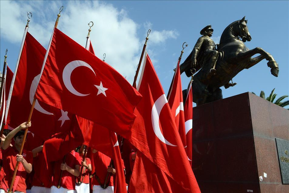 Türkiye Gençlik ve Spor Gününü kutluyor ve Atatürk'e saygı gösteriyor
