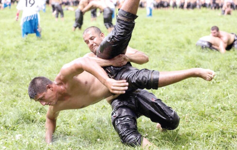 Yağlı güreşçiler Türkiye'nin en eski spor karşılaşmasında zafer için savaşıyor