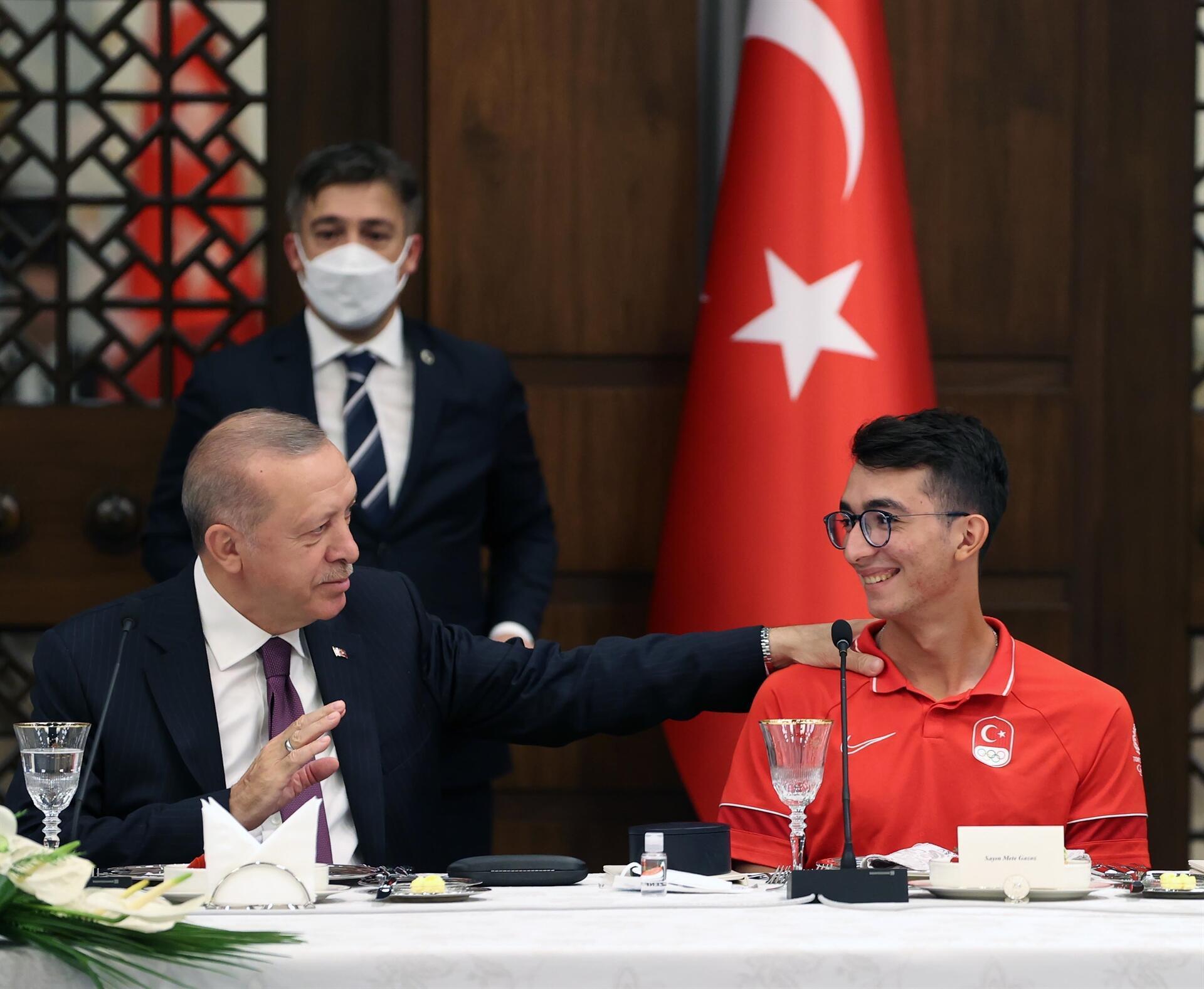 Erdoğan, atıcılığı teşvik ettiği için Olimpiyat şampiyonuna övgüde bulundu