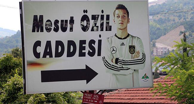 Turkish town to replace Mesut Özil's German team photo with one alongside Erdoğan