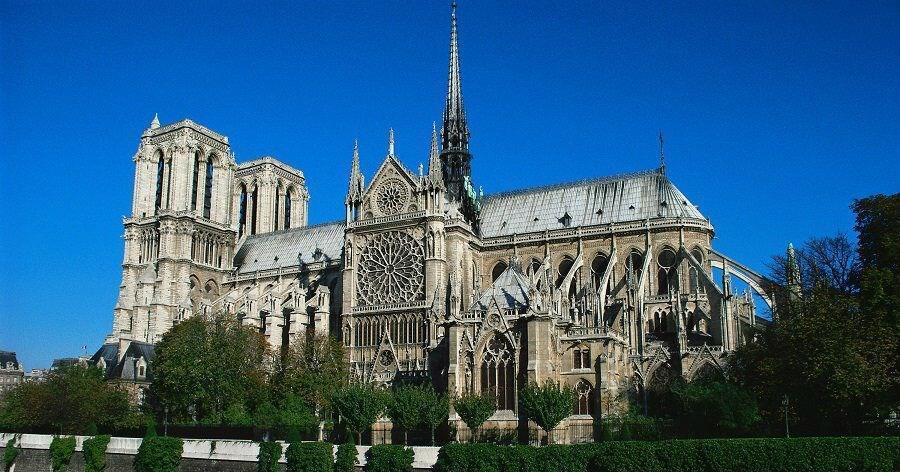 Paris'in 850 yıllık tarihi 'Notre Dame Katedrali' yandı