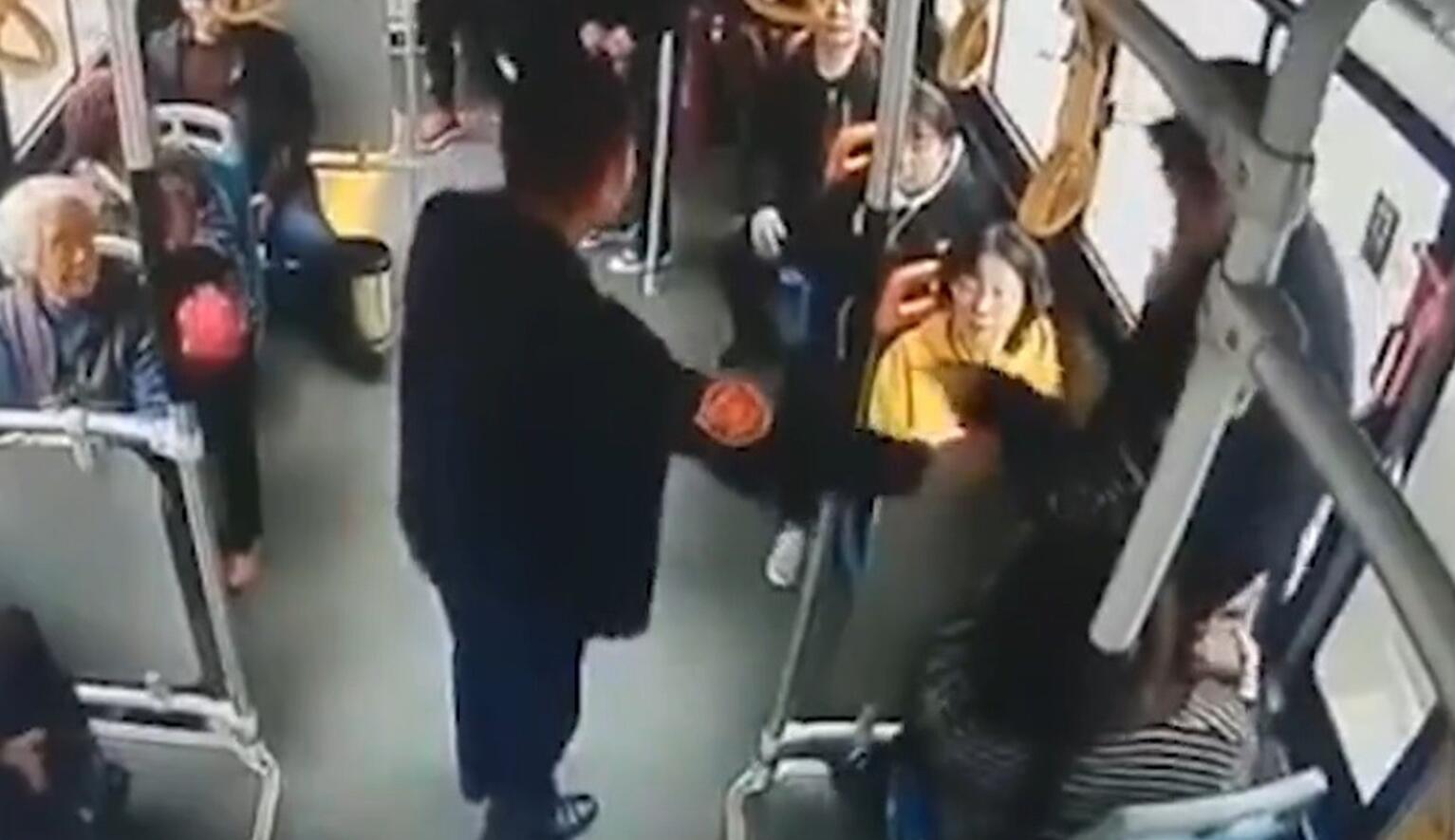 Çin'de ilginç olay! Kendisine yer vermeyen kadının kucağına oturup...