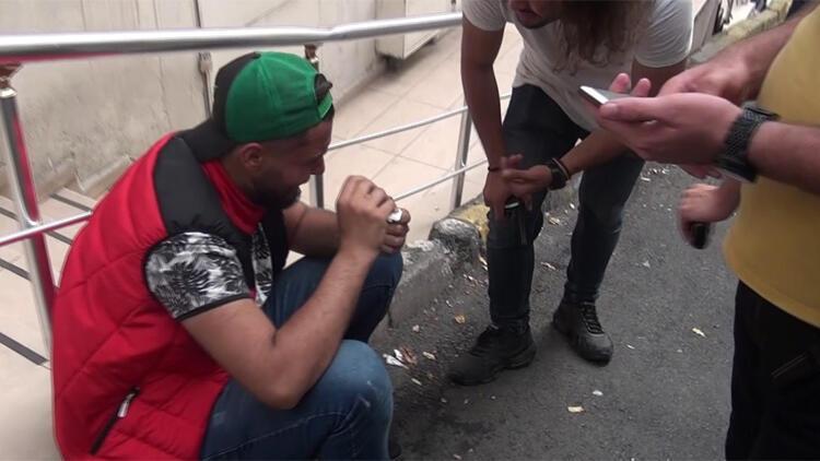 Taksim'de yüzüne tiner atılan kişi yaralandı