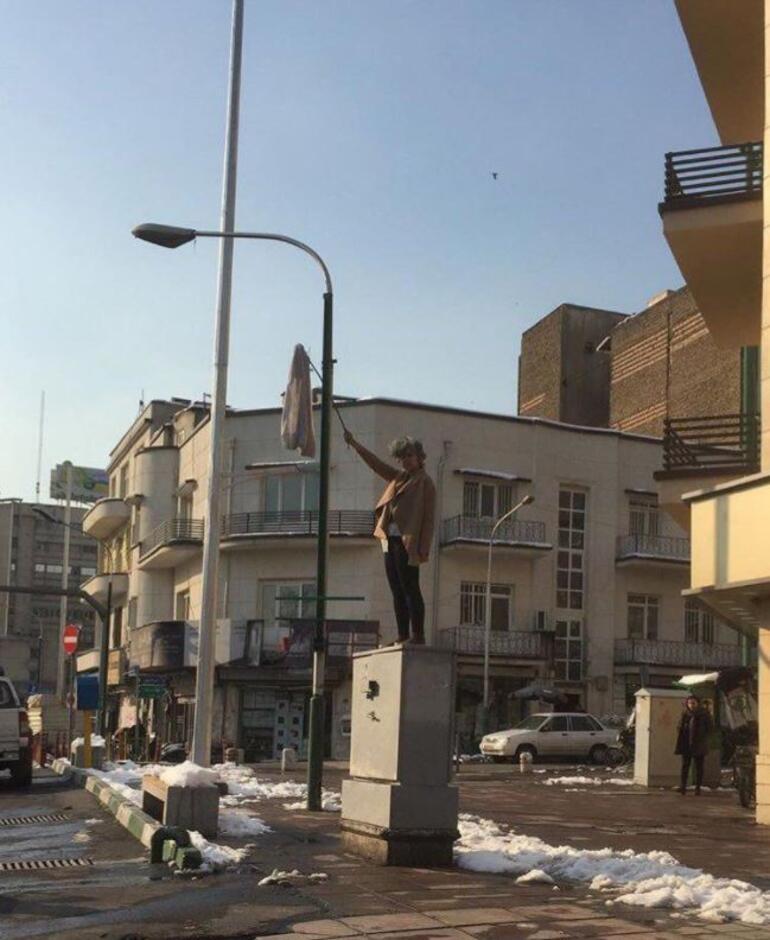 İran'da 'Beyaz Çarşamba' hareketi: Kadınlar başörtülerini çıkarıp sallandırıyor