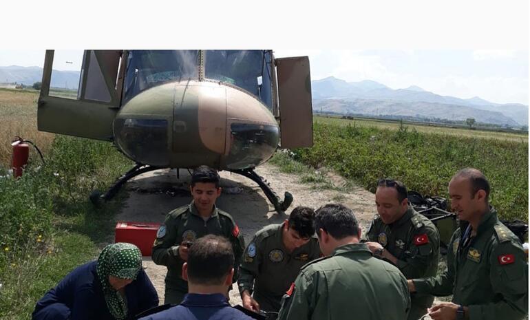 Acil iniş yapan helikoptere köylüler kucak açtı